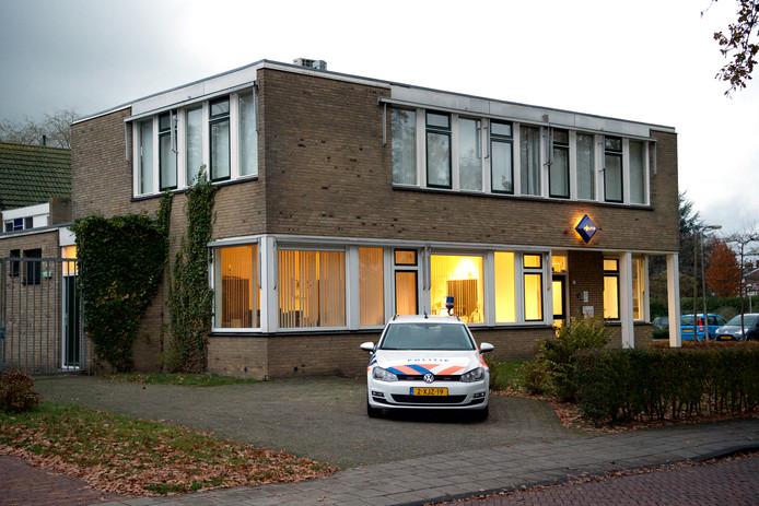 Het oude politiegebouw aan de Molendijk is al lange tijd niet meer in gebruik. Ontwikkelaar Jaap ten Hoor wil het graag kopen, inclusief enkele percelen ernaast met als doel er een grote Aldi te bouwen met appartementen er boven.