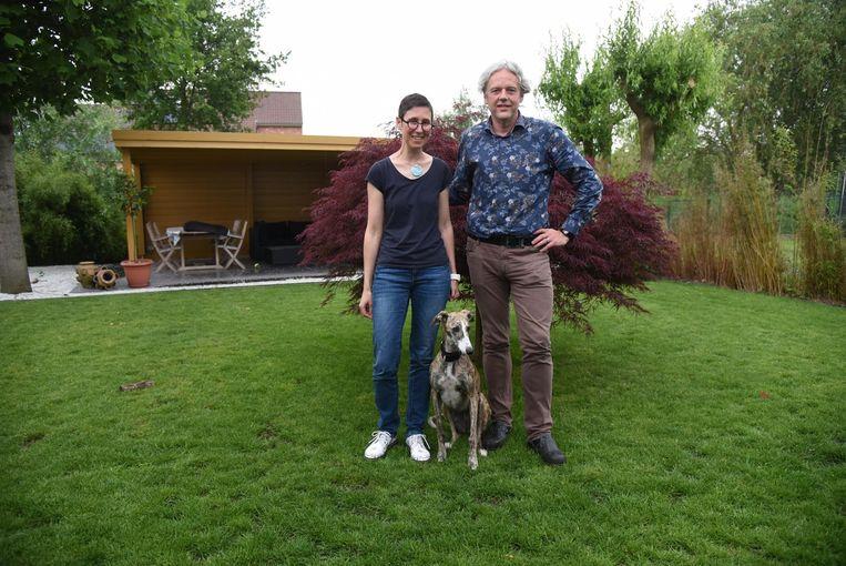 Isabelle De Baets en Gunther Verhelst met hun Spaanse windhond Costa.