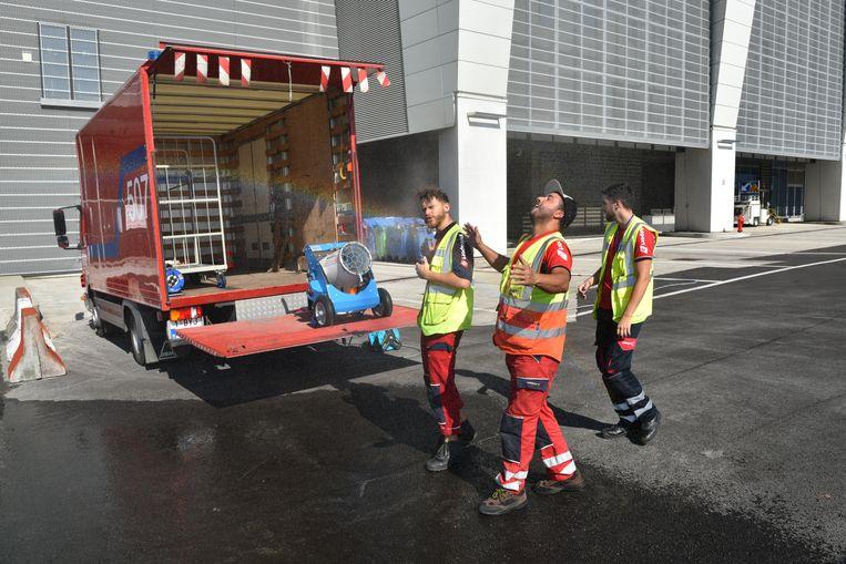 Arbeiders krijgen de nodige verkoeling op de luchthaven van Zaventem.