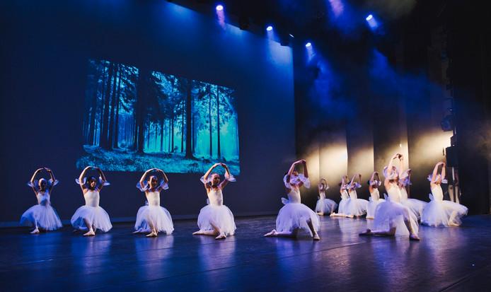 Leerlingen van Kaliber Kunstenschool verzorgen een balletshow.