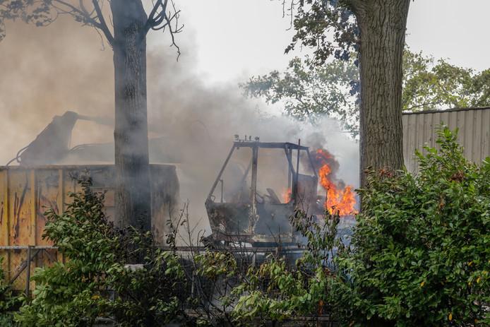 Een graafmachine ging in vlammen op aan de Rijksstraatweg.