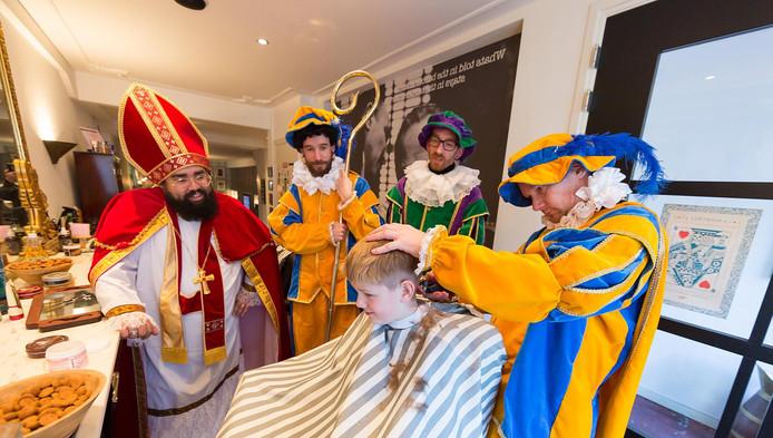 Dimitri van den Biggelaar van Valentino Barbers in Alphen stond zaterdag als Sinterklaas in zijn zaak, zijn werknemers knipten in pietenpak, zonder schmink.