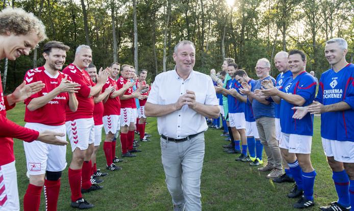 Een erehaag voor Tonnie Schuurman, voetbaltrainer uit Neede. Alle leden van de 8 clubs die hij in de loop der jaren trainde, kwamen bijeen om van zijn afscheid iets bijzonders te maken.