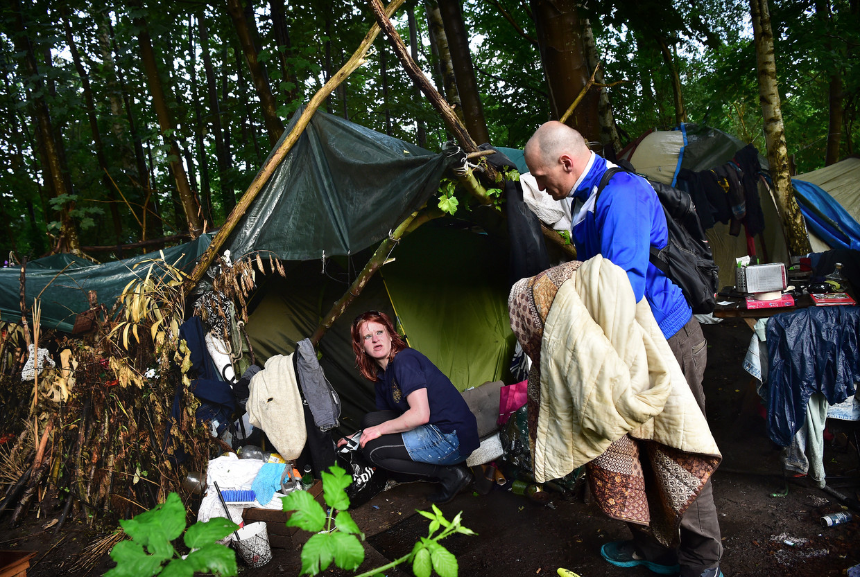 Dianne (26) en Mark (44) wonen in een bos op de grens tussen Breda en Prinsenbeek. Beeld Marcel van den Bergh / de Volkskrant
