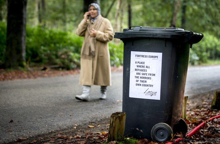 Een asielzoeker gaat een blokje om in de buurt van de tijdelijke noodopvanglocatie voor 3000 vluchtelingen op het ruim 600 hectare tellende Heumensoord bij Nijmegen. Beeld anp