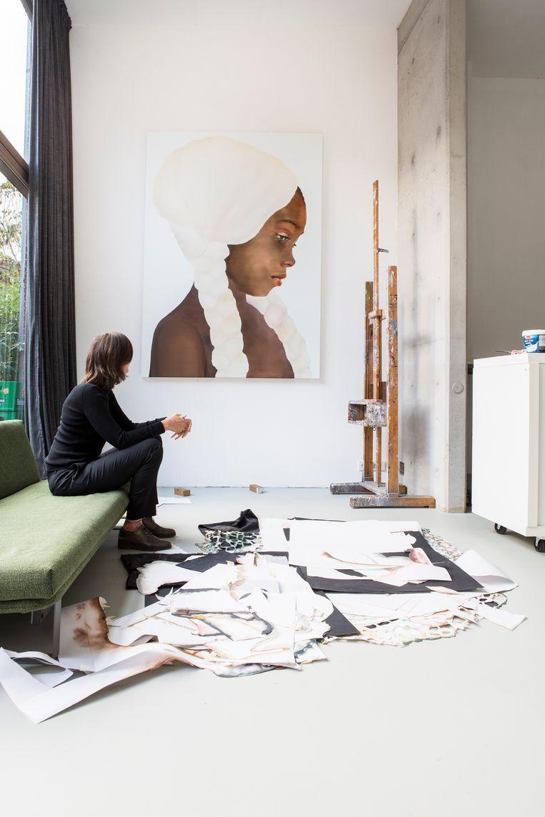 'Als ik in mijn atelier aan het werk ben is het een no-go area voor mijn huisgenoten, anders kan ik me niet concentreren. Ik schilder altijd bestaande mensen en mijn werken zijn gebaseerd op de actualiteit. Dit werk gaat over het gebrek aan diversiteit in de modellenwereld.' Beeld Henny van Belkom