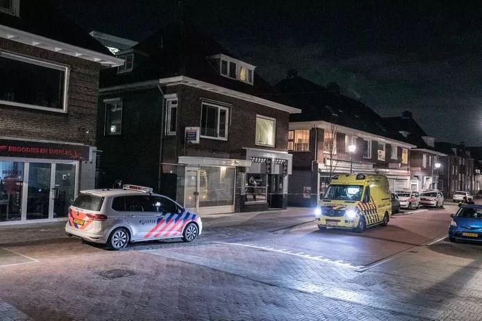 Hulpdiensten aan de Emmastraat in Velp na de uit de hand gelopen ripdeal.
