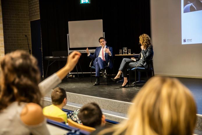 Minister Dijsselbloem in gesprek met leerlingen op de Kempel in Helmond
