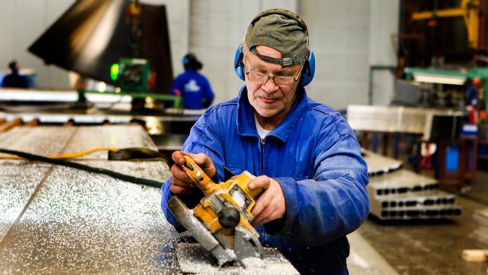 Leen Haak (68) is via Uitzendbureau 65plus werkzaam als bij Jansens en Dieperink, een bedrijf dat gespecialiseerd is in het ontwerpen en vervaardigen van silo's