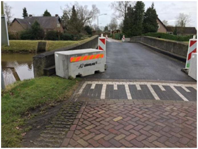 Brug Groenendaal in Esch waar betonnen blokken zijn geplaatst om zwaar sluipverkeer te voorkomen. Donderdag komen er ook nog vangrails bij.