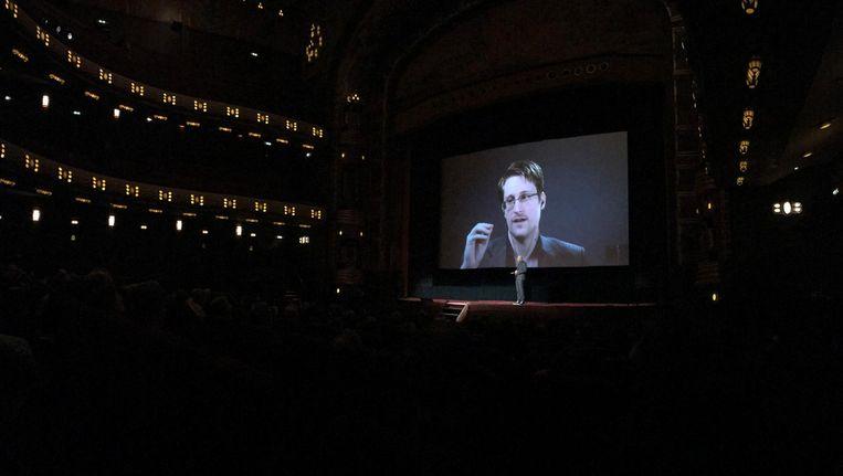 Snowden tijdens een rechtstreekse videoverbinding vanuit Moskou met de Amsterdamse bioscoop Tuschinski, waar een film over de klokkenluider in première ging Beeld