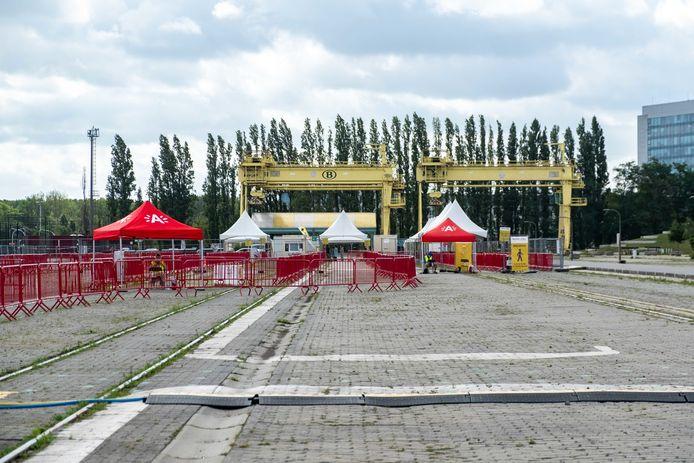 Het COVID-19-testdorp op Spoor Oost in Antwerpen moet woensdagnamiddag sluiten door de hevige wind.