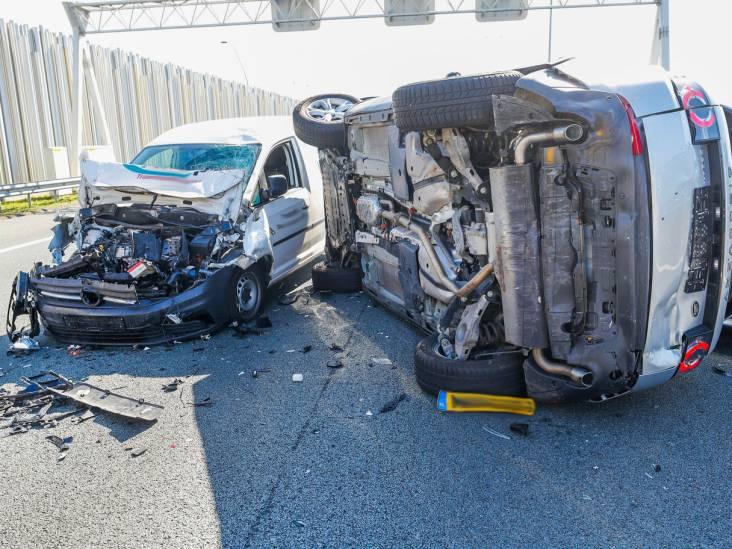 Weer raak op A2/A67 bij Eindhoven: voertuig op kant na ongeluk