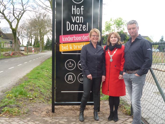 Dionne en Wim-Jan Thijssen samen met burgemeester Marieke Moorman na de opening van de Hof van Donzel.