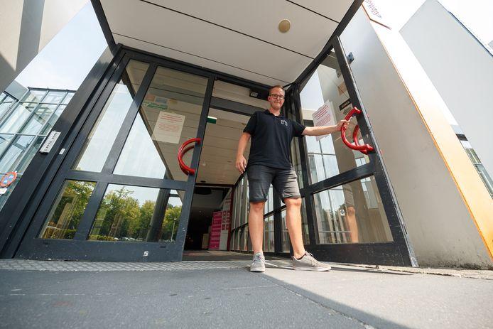 Beheerder Teun Snapper doet wat ie kan om het gebouw van Nieuwe Nobelaer zo koel mogelijk te houden; zo gooit hij elke ochtend om 7 uur al alle deuren open.