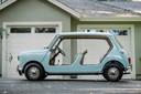 Een Mini zonder deuren en met rieten stoelen heeft een recordbedrag opgebracht tijdens een veiling