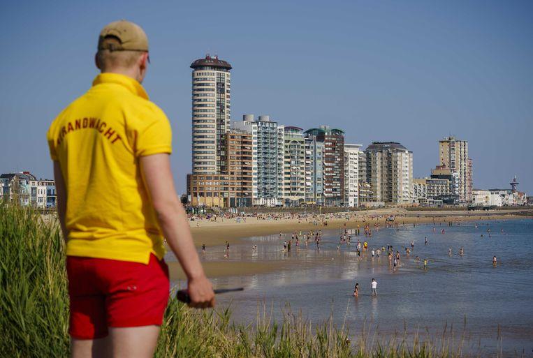 Een strandwacht houdt een oogje in het zeil. Beeld ANP