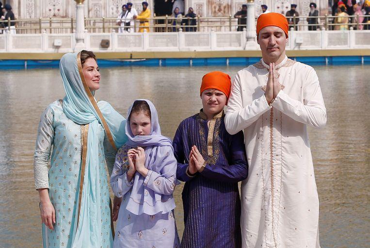 Justin Trudeau, zijn vrouw Sophie Gregoire, docher Ella Grace en zoon Xavier tijdens een bezoek bij de Gouden Tempel in Amritsar.  Beeld REUTERS