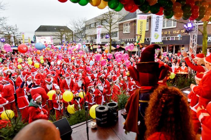 3.000 deelnemers voor vijfde editie Santa Run Waalwijk (2015).