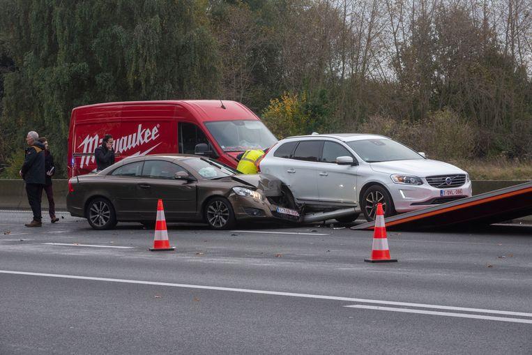 Bij een ongeval op de E40 in Wetteren raakten drie wagens en een bestelwagen betrokken.