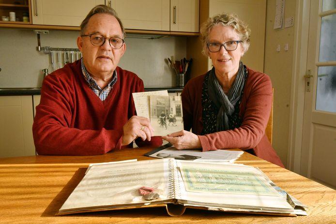 De familie Ten Heuw met een bijzondere foto van de Enschedese verzetsstrijder Johannes ter Horst. Het Historisch Centrum Overijssel begint een grote zoektocht naar oorlogsfoto's. Ook deze krant werkt aan het landelijke project mee.