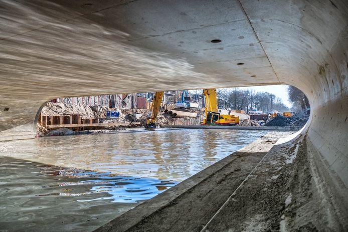 Onder de Marga Klompébrug stroomt nu ook al water.