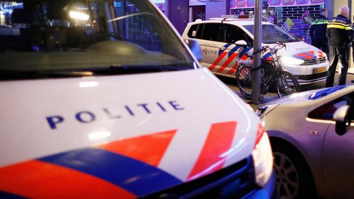 Agenten van de politie doen onderzoek bij een inbraak tijdens de jaarwisseling 2017-2018.