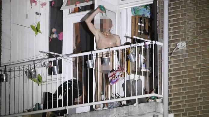 Online betaald  Verwarde man dringt woning binnen.