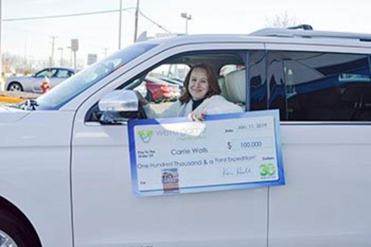 Carrie Walls in haar gloednieuwe Ford Expedition en met haar cheque van 100.000 dollar.