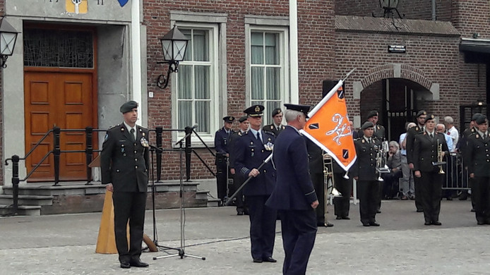 Op het Ridderplein in Gemert vond twee jaar geleden de kolonelswissel plaats van de militaire basis in Vredepeel. Kolonel Peter Gielen (links, met baret) droeg het commando over aan kolonel Jan Blom (met vlag).