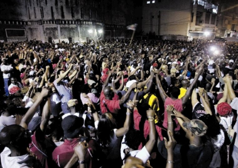 Demonstranten voor het vakbondsgebouw in Pointe-à-Pitre, de hoofdstad van Guadeloupe. (FOTO AFP) Beeld AFP