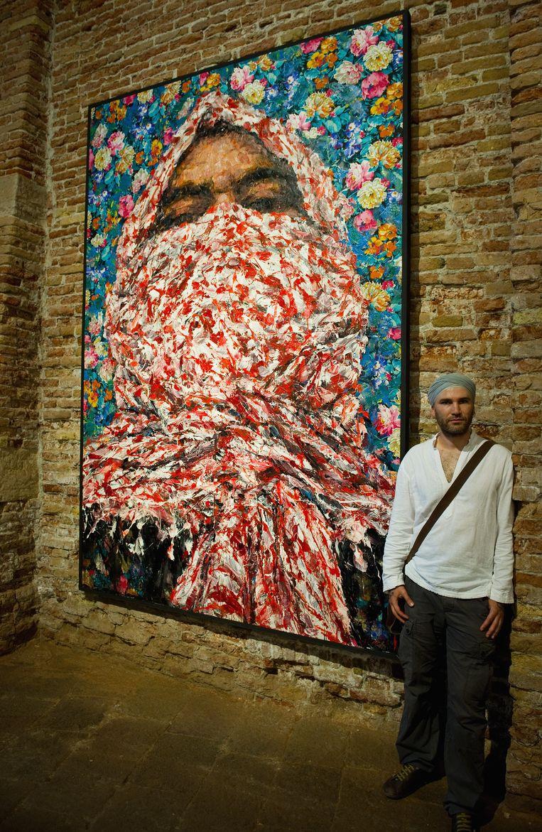 Ayman Baalbaki naast zijn schilderij 'Al Mawzoud'. Beeld Getty