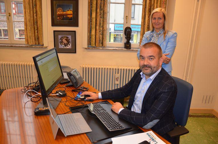 Schepenen Walgraeve en De Waele demonstreren hoe je je online kan registreren als orgaandonor.