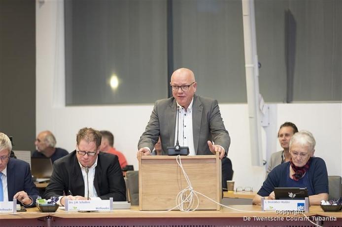 Beeld van vergadering van de gemeenteraad van Twenterand, met CDA-fractievoorzitter Henk Kerkdijk die het woord voert.