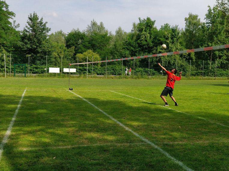 Vuistbal is vergelijkbaar met volleybal, maar wordt outdoor en op een groter veld gespeeld.