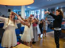 Geke's Tiental zingt voor Urker pulsvissers: 'jaloezie, jaloezie, jaloezie'