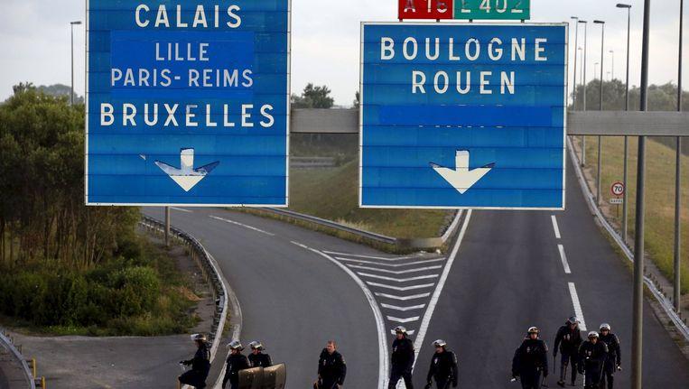 Franse politie op de snelweg nabij Calais. Beeld reuters