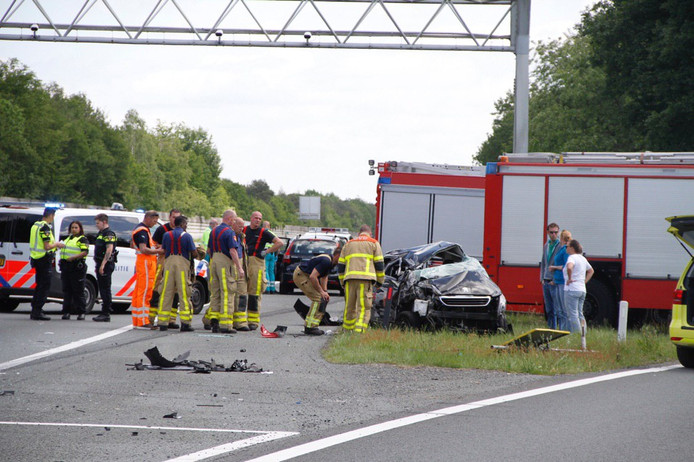 De A1 bij Ugchelen was tijdelijk afgesloten na een zware crash met zeker één zwaargewonde.