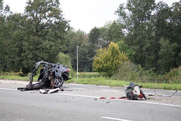 De impact van de klap was enorm: de auto brak in drie en over een afstand van 150 meter werden brokstukken teruggevonden.