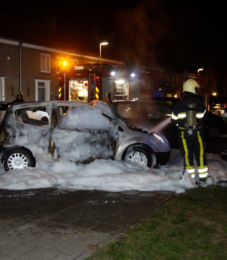 Auto brandt volledig uit in woonwijk Drunen