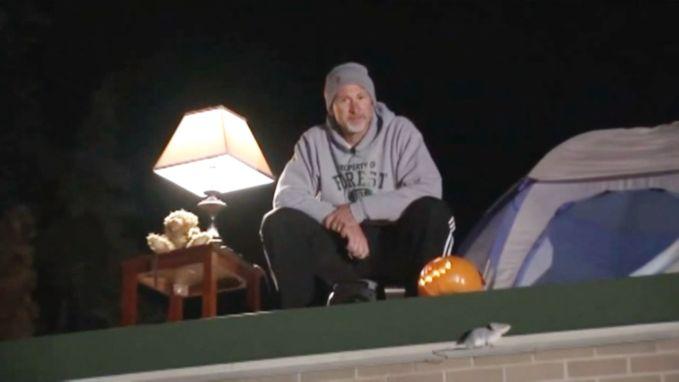 Schooldirecteur slaapt nacht op dak na verloren weddenschap met leerlingen