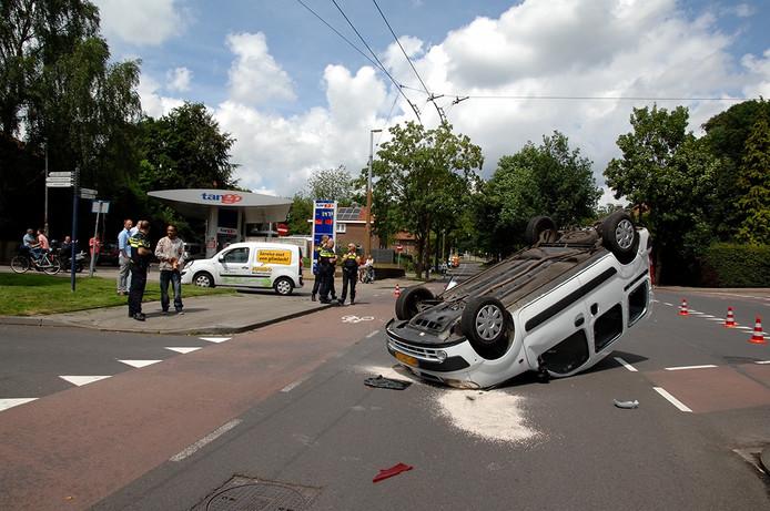 Door de klap kwam één van de busjes op kop op de rijbaan te liggen. De bestuurder van dit busje is naar het ziekenhuis gebracht.