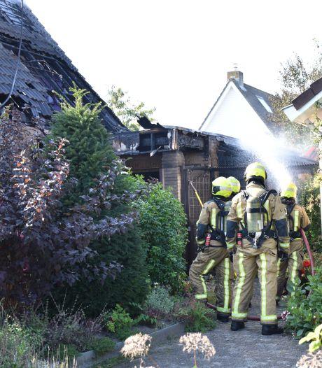 Brand woning Leidschendam: brandweer zet extra personeel en voertuigen in om vuur te blussen