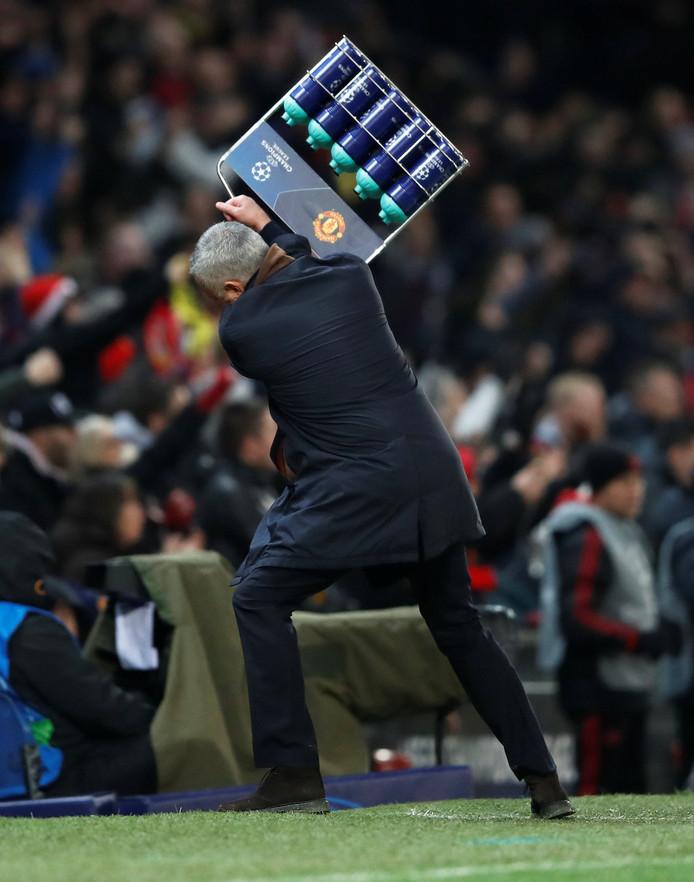 José Mourinho reageert zich tijdens een duel van Manchester United in de Champions League af op kratje met bidons.