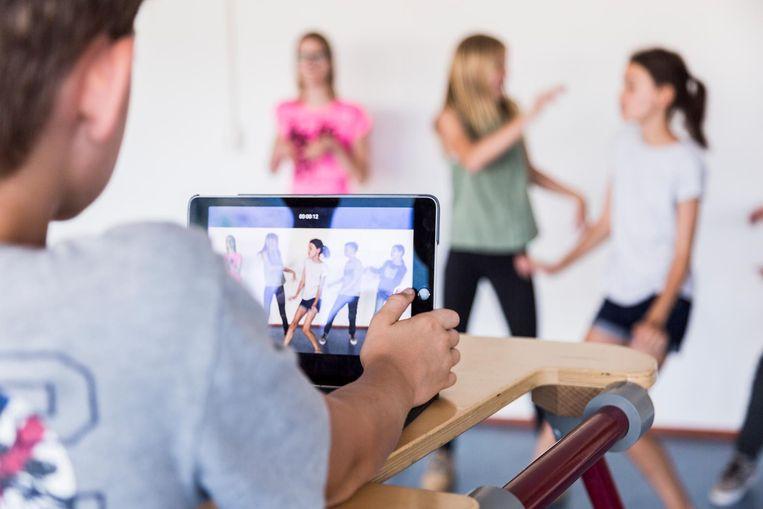 Leerlingen van groep 8 van Overhoeks filmen de eindfilm van hun basisschool op iPad, om die dan te monteren in iMovie. Beeld Tammy van Nerum