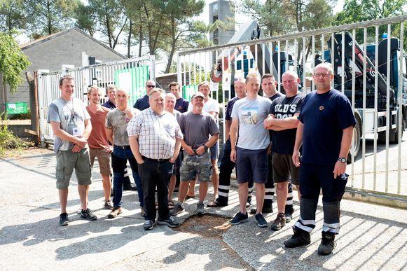 De leden van de Civiele Bescherming aan de kazernepoort.