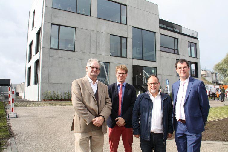 Vader Robert met zonen Pieter en Paul De Brabandere samen met burgemeester Peter Roose