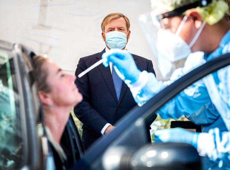 Willem-Alexander tijdens een werkbezoek aan de coronateststraat in Leiderdorp. Beeld Hollandse Hoogte /  ANP