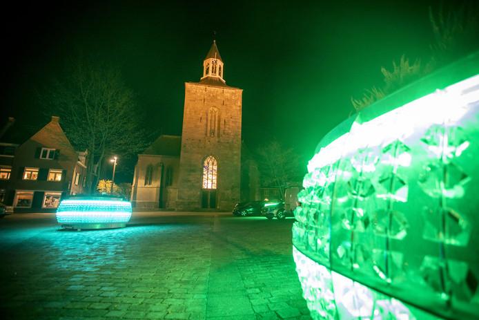 De glazen bakken met bomen erin op het Raadhuisplein in Tubbergen zijn sinds kort voorzien van gekleurde lichtslangen.