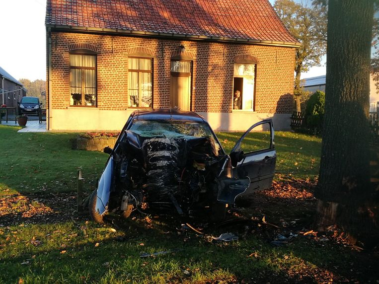 De auto geraakte in de Melanedreef van de weg af en botste tegen een boom.